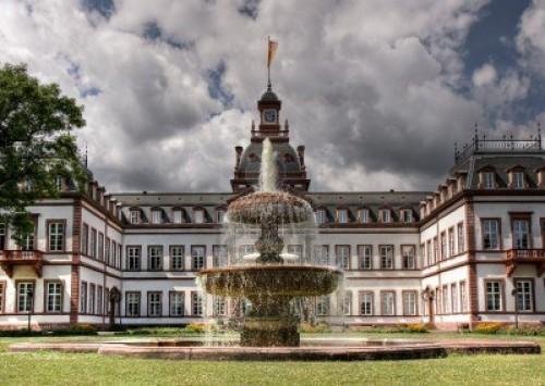 Fachada principal del palacio Philippsruhe con fuente.